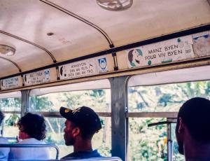 Dans un bus local
